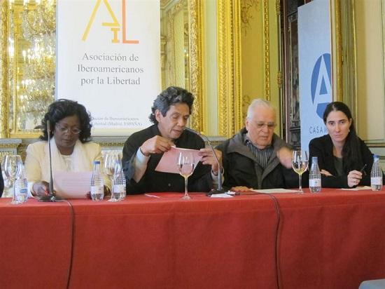 """A la izquierda la vulgar Berta Soler ¿a la izquierda? A la derecha la mediática bloguera Yoani Sánchez. Al lado de esta Elizardo Sánchez Santacruz, conocido como """"El Camajan"""". El otro que está en la foto, el consorte de Yoani Sánchez, Reinaldo Escobar."""