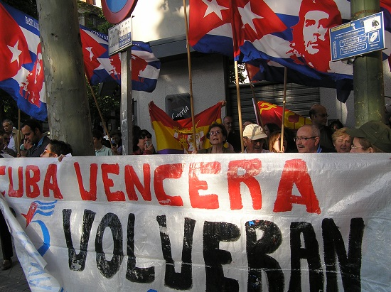 El movimiento de solidaridad con Cuba por la liberación de los Cinco frente a la Embajada de los Estados Unidos en España.