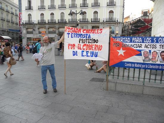 """El cartel es bien claro: """"Posada Carriles: terrorista protegido por el gobierno de los EE.UU."""""""