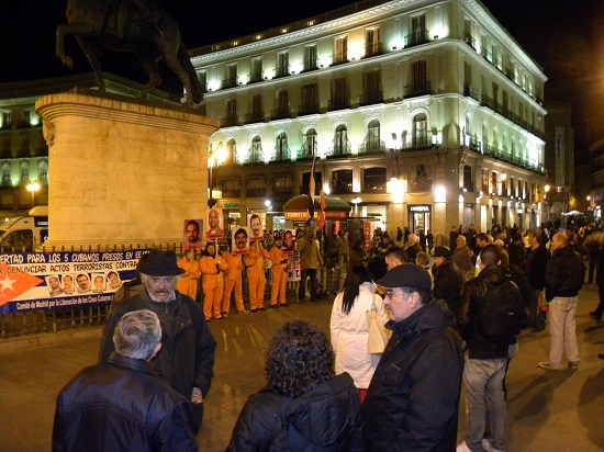 Por los Cinco en la Puerta del Sol en una noche invernal.