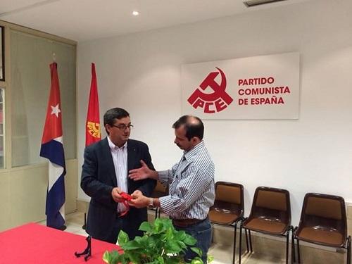 El Partido Comunista de España le entregó al Héroe de la República Cuba, la medalla conmemorativa Dolores Ibárruri.
