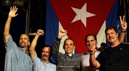 Con la mano en alto y la alegría de la victoria.