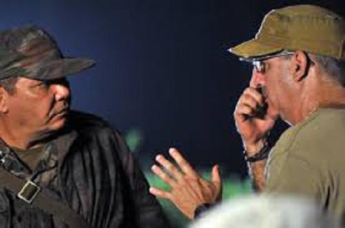 """El actor Néstor Jiménez en la preparación de una escena del filme """"La emboscada"""", junto al director del filme, el cineasta Alejandro Gil."""
