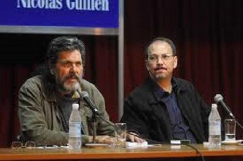 """Alejandro Castro Espín (derecha), en la presentación de su libro """"Estados Unidos, el precio del poder"""" junto al escritor y político cubano Abel Prieto quién fue durante 15 años."""