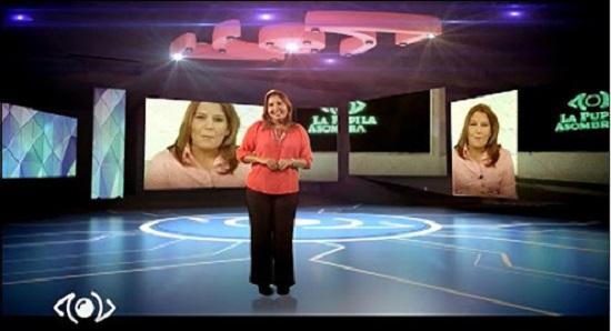Karen Brito, la conductora de La pupila asombrada en la nueva escenografía del programa.